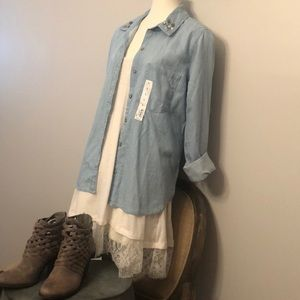 Tops - NEW‼️💗Denim jeweled collar button up fall top